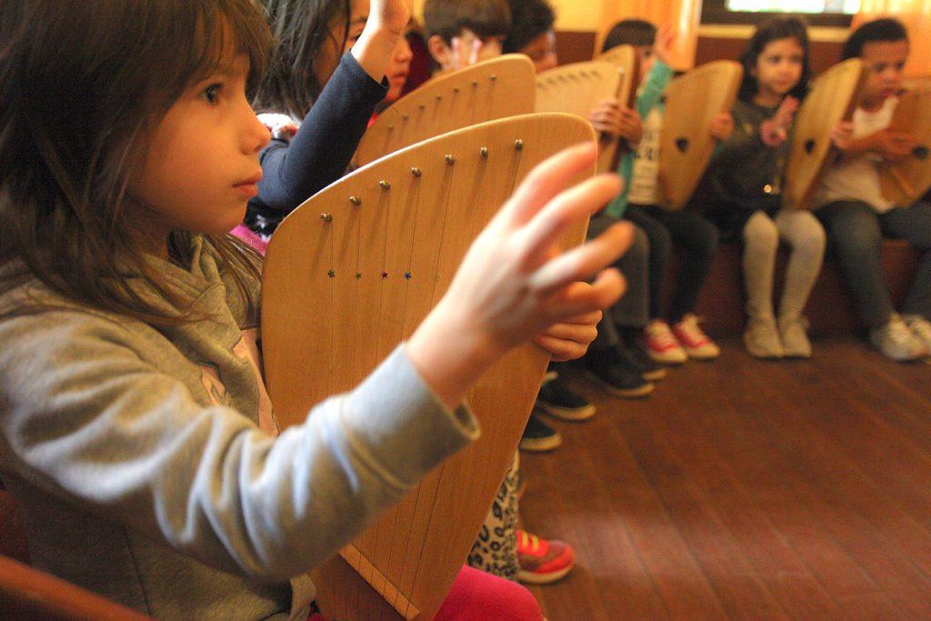 aula de kântele - Colégio Micael Educação Infantil
