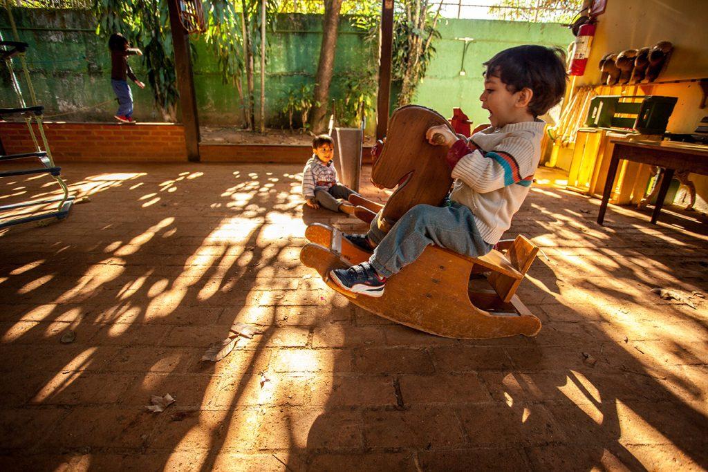 brincar livre no caramanchão 2 - Colégio Micael Educação Infantil