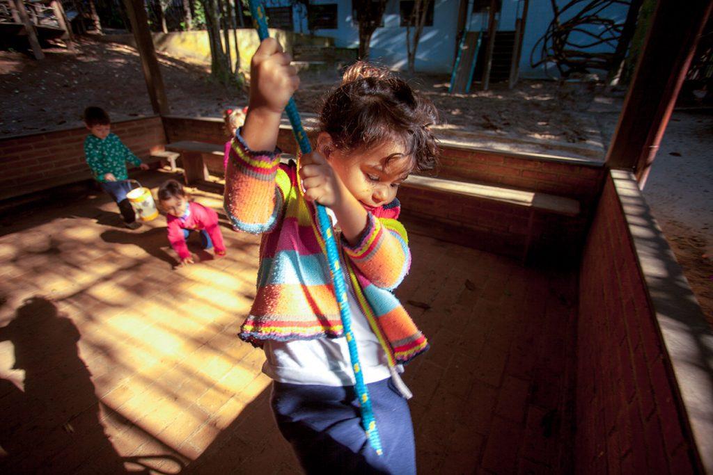 brincar livre no caramanchão - Colégio Micael Educação Infantil
