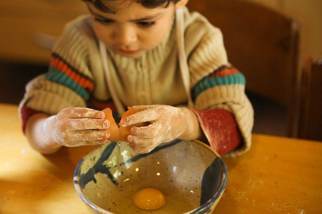 fazendo o bolo do aniversariante do dia - Colégio Micael Educação Infantil