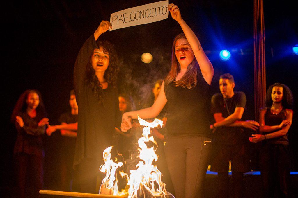 acorrentados peça teatral do 12º b de 2017 - Colégio Micael Ação Social