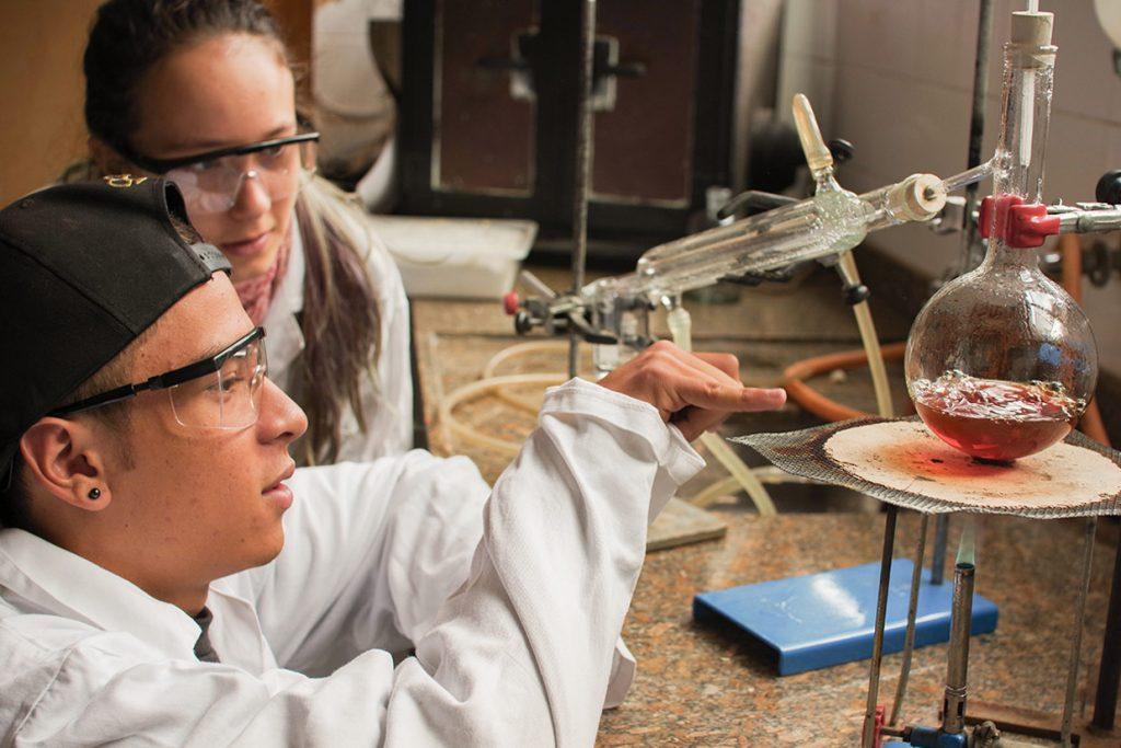 alunos do 9º ano observam experimento de química - Colégio Micael Ensino Médio