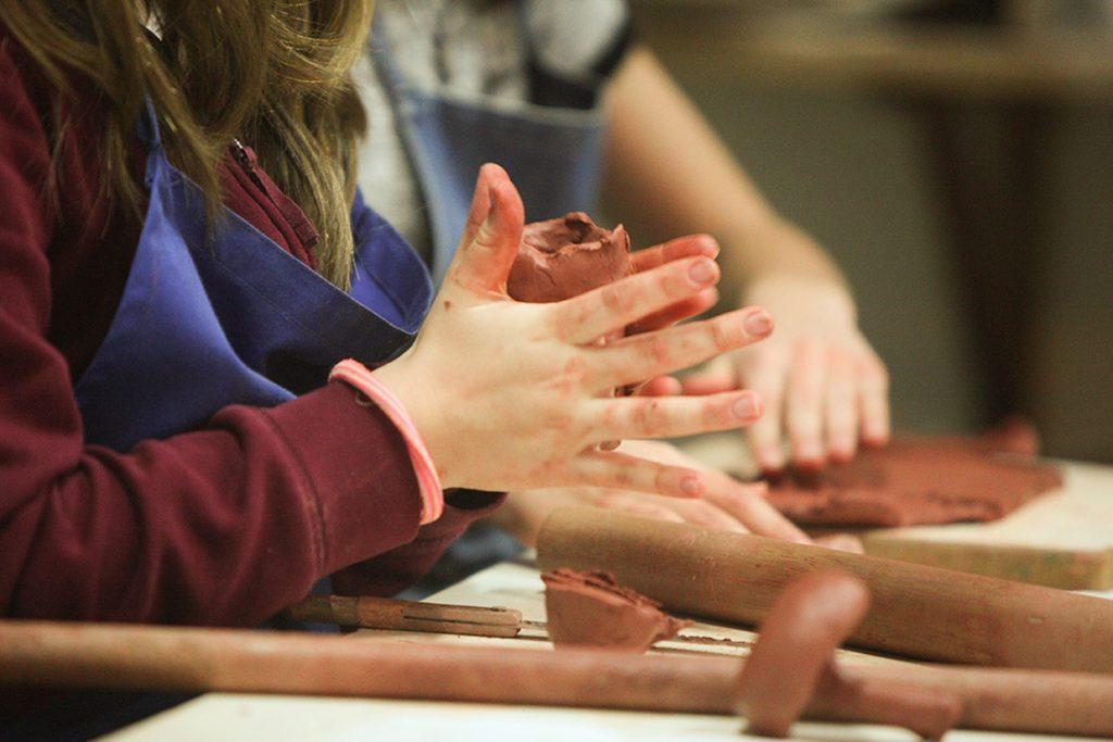 aula de modelagem em argila do 5º ano - Colégio Micael Ensino Fundamental