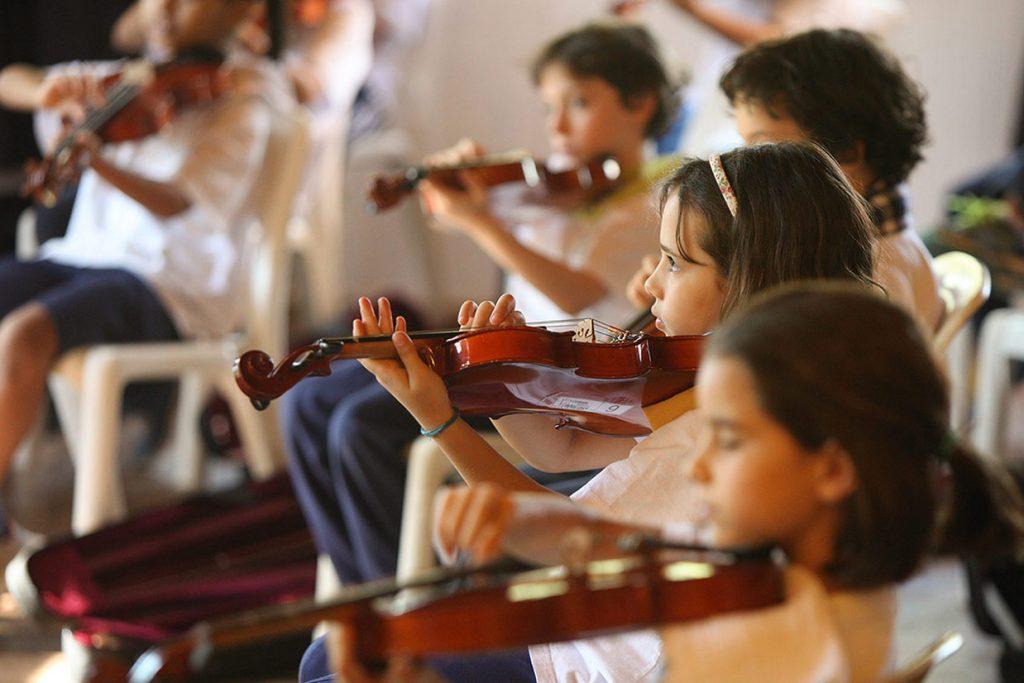 aula de violino do 3º ano - Colégio Micael Ensino Fundamental