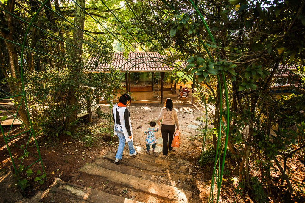 criança chega com a mãe ao espaço do jardim - Colégio Micael Nossa Escola