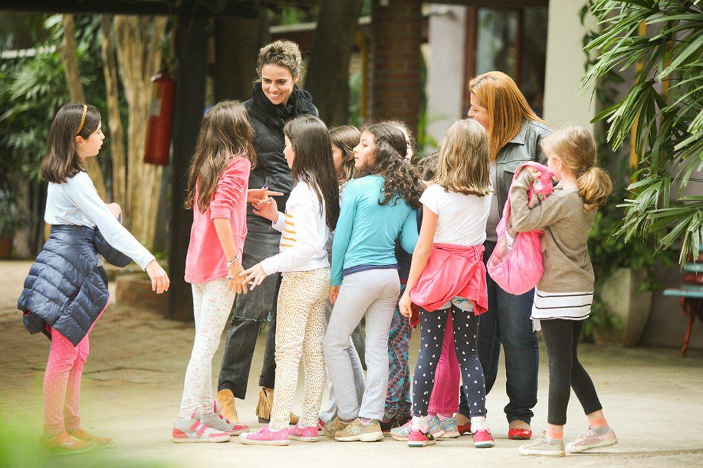 mãe e funcionária conversam com alunas - Colégio Micael Nossa Escola