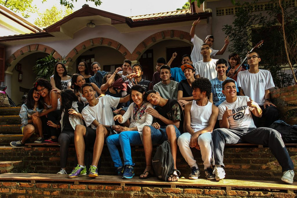 o 11º b de 2017 com a tutora da classe - Colégio Micael Ação Social
