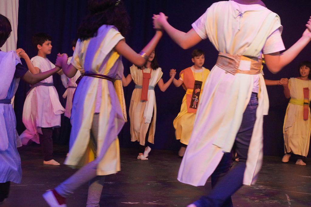 o 5º ano apresenta dança grega na festa anual - Colégio Micael Ensino Fundamental